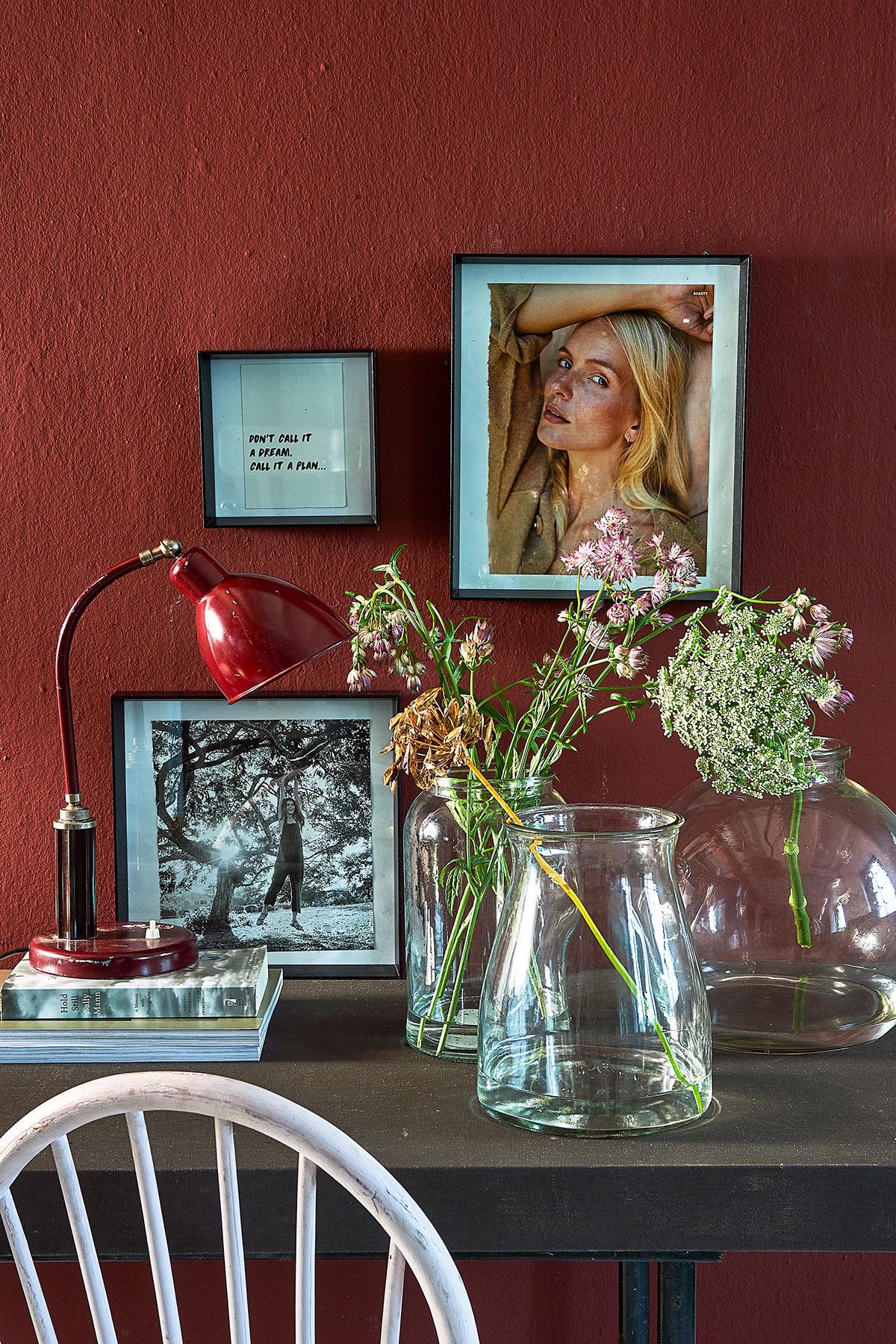 Interieur met bloemen en kaders van de nieuwe vtwonen collectie