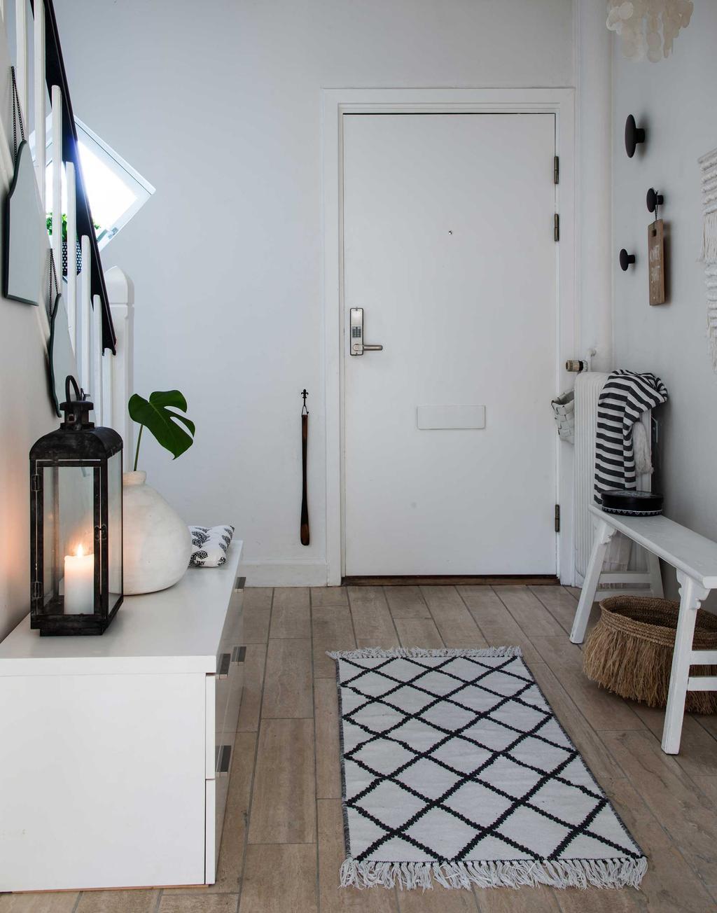 hall avec escalier blanc