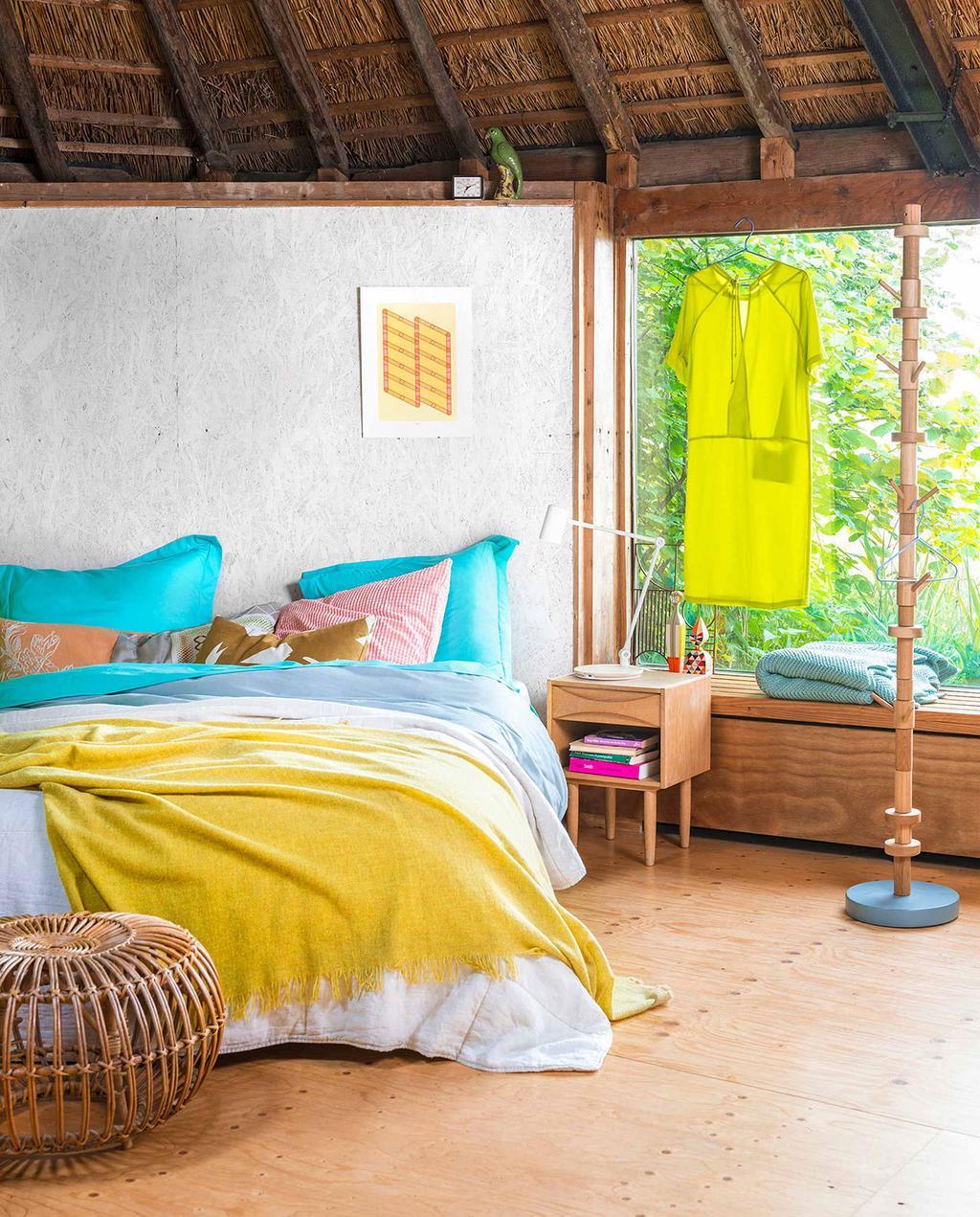 vtwonen 08-2016   slaapkamer met gele sprei, en groen gele jurk