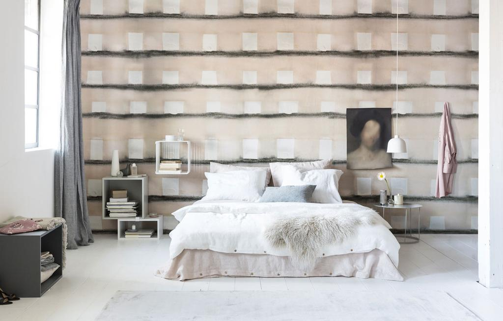 Een slaapkamer met natuurlijk geblokt behang
