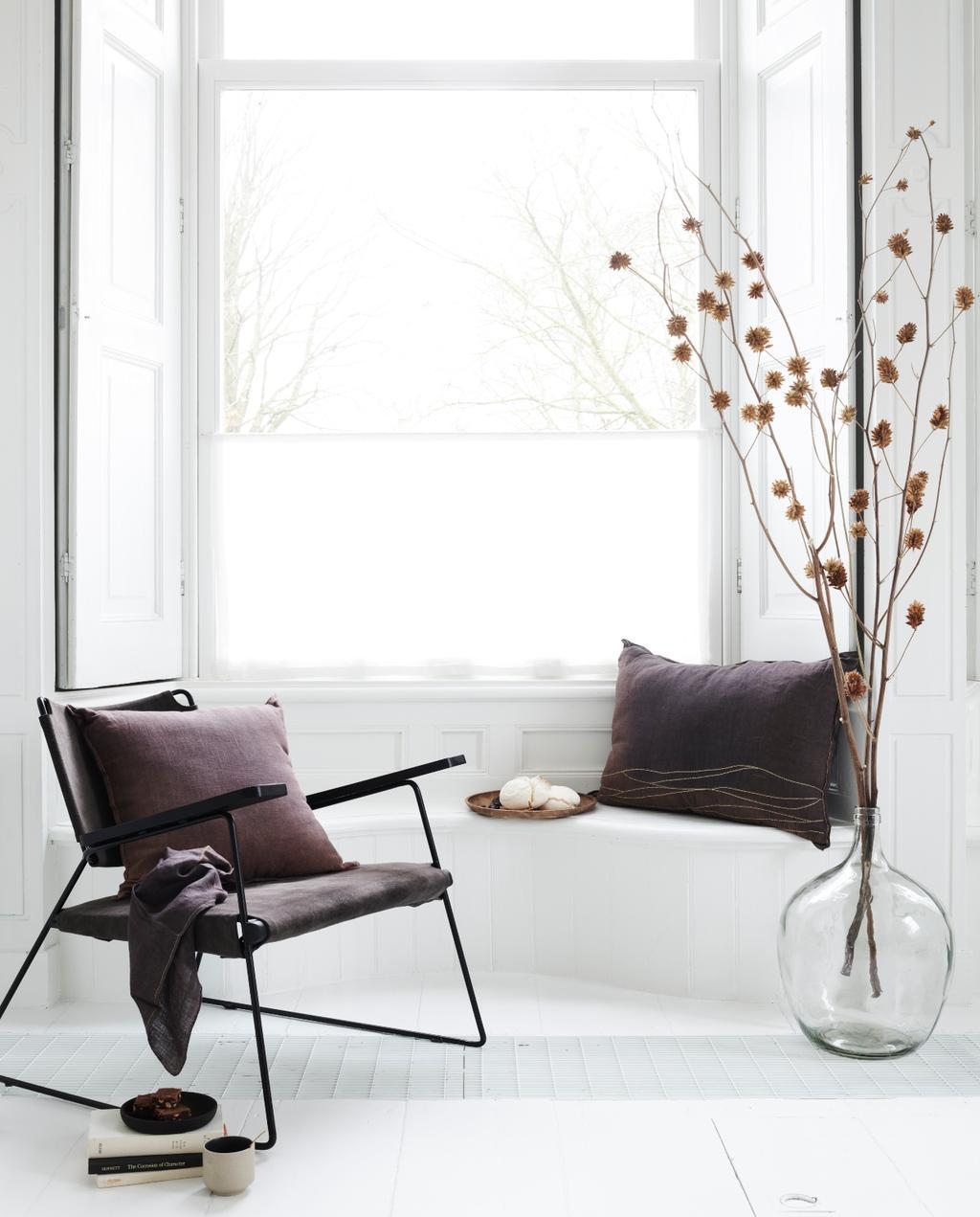 vtwonen 09-2020 | vtwonwn collectie woonaccessoires stoelen met bruin linnen kussen