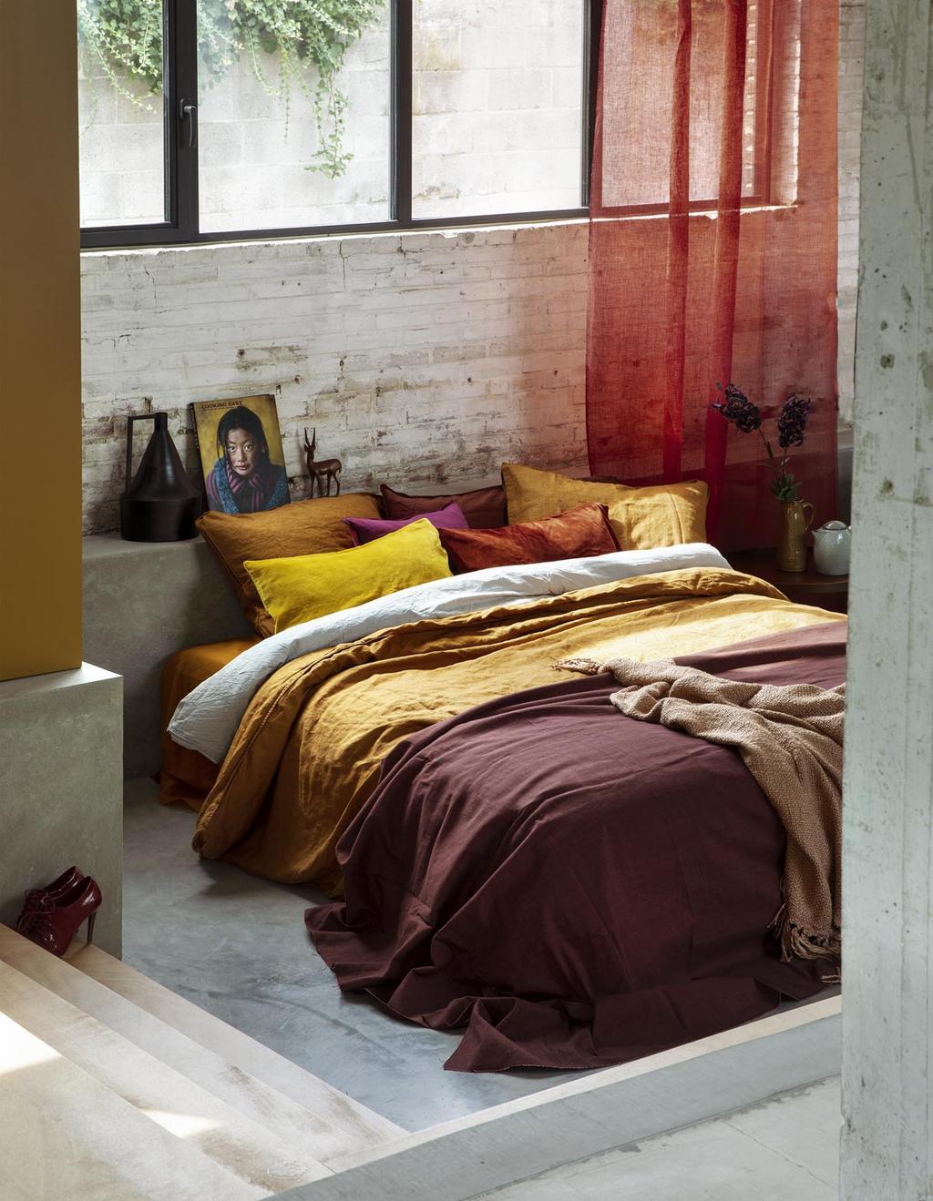 Slaapkamer met herfst kleuren, zoals okergeel, roestbruin en paars in herfststyling.