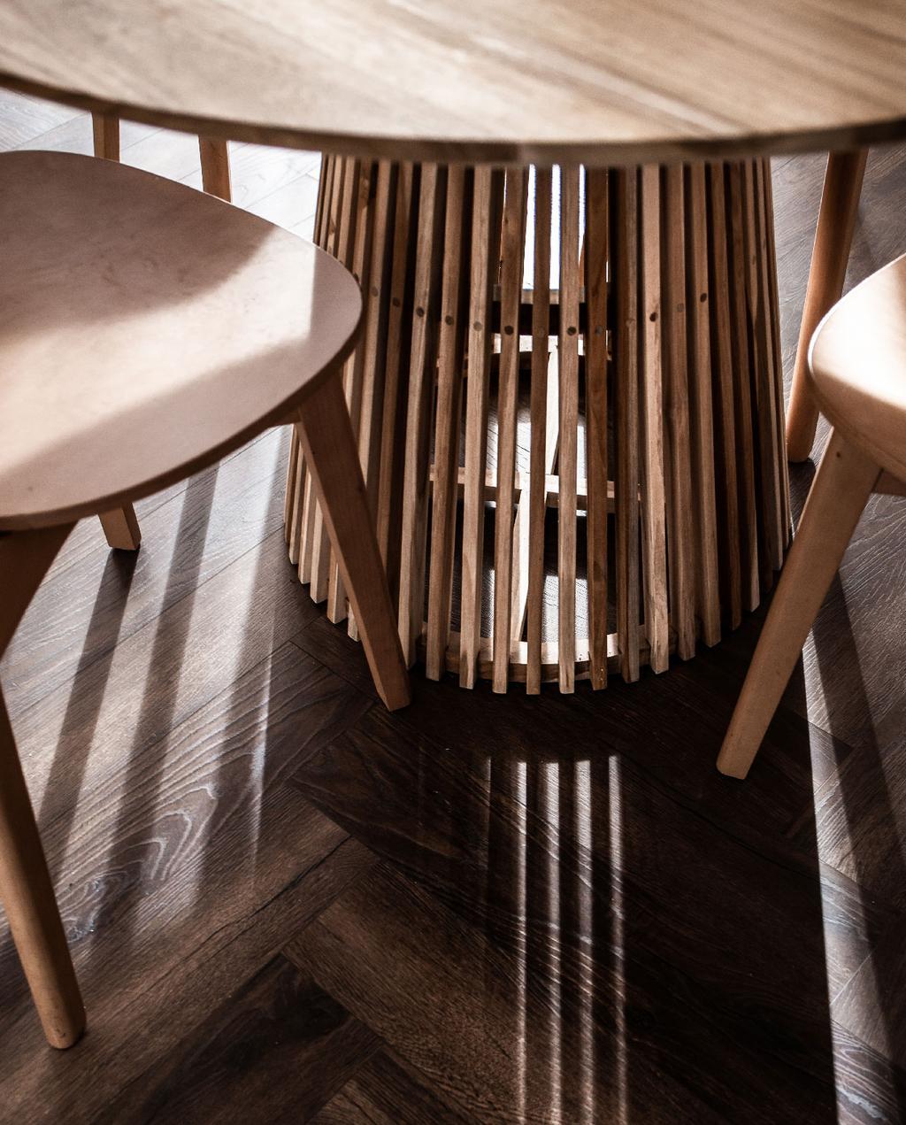 vtwonen blog rachel | hout voor warm interieur houten tafel een poot