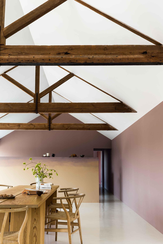 houten-tafel-dak-stoelen