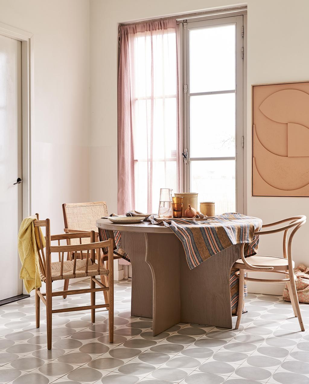 vtwonen 05-2021 | ronde tafel met webbingstoelen en print aan de wand