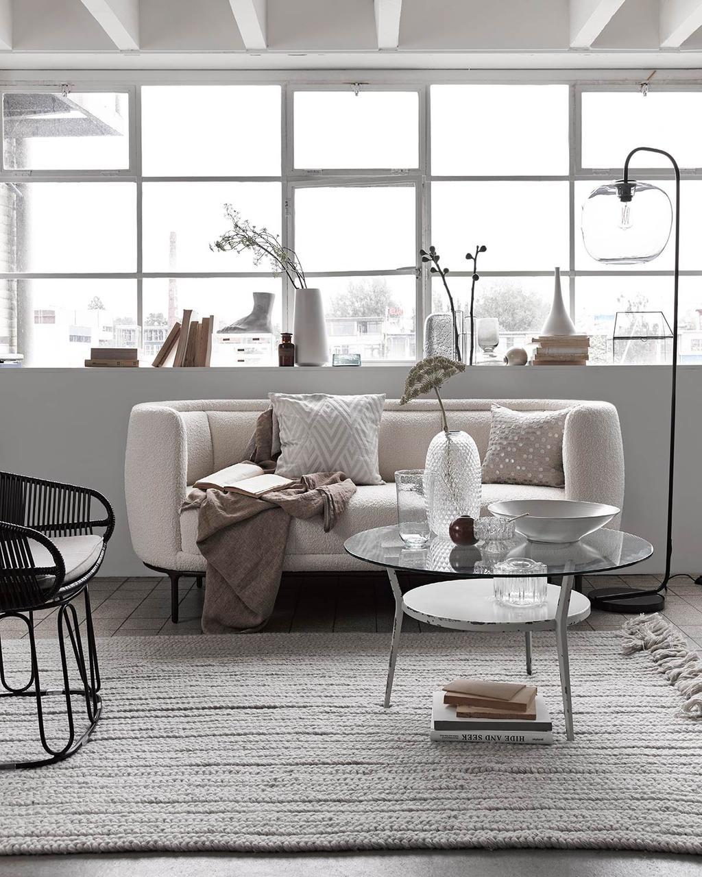 Glas in huis: witte bank met glazen salontafels