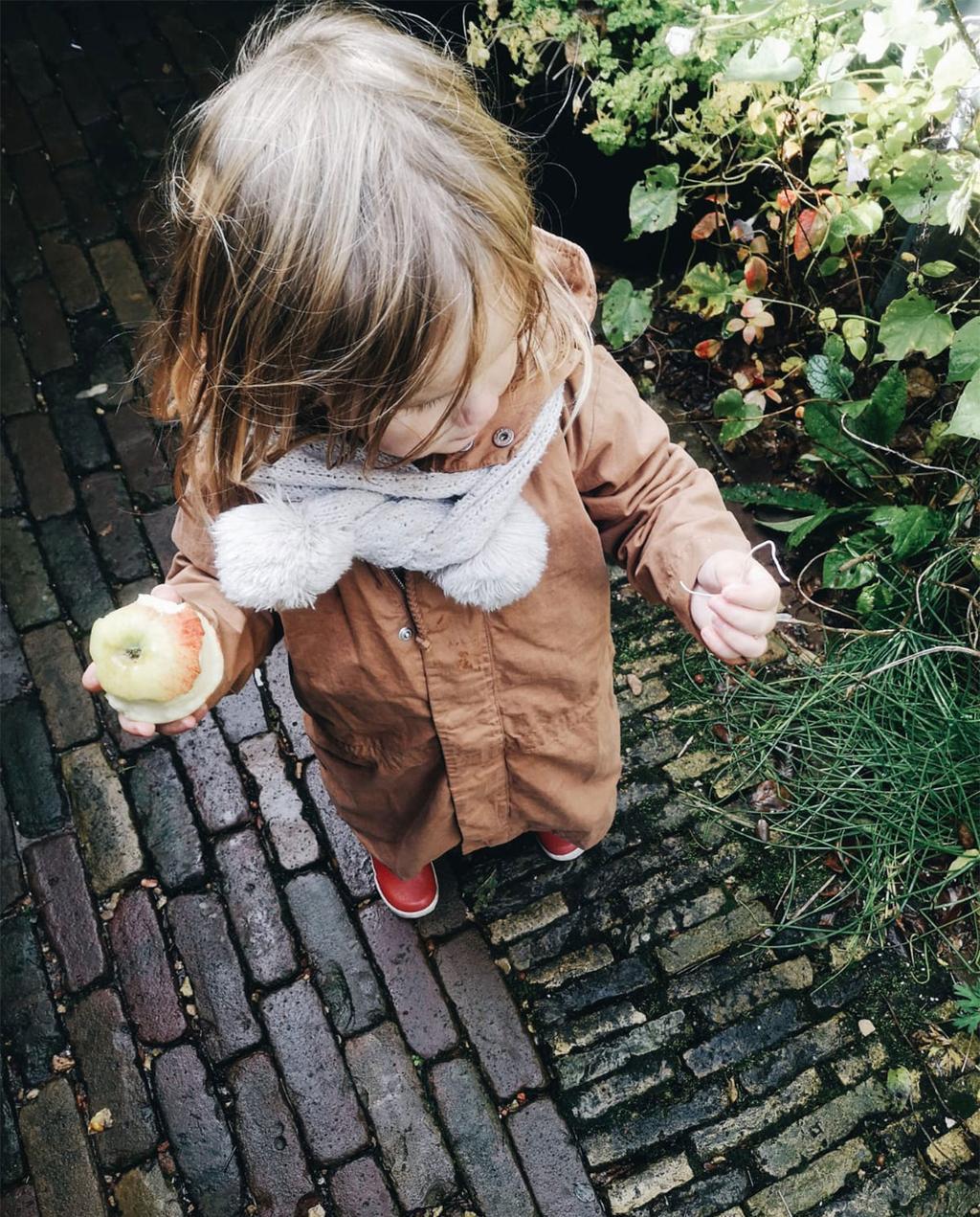 kind met appel