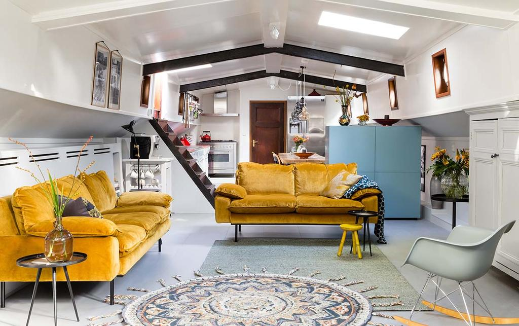 Weer verliefd op je huis make-over woonboot met gele velours banken en de woonstijlen basic en bohemien