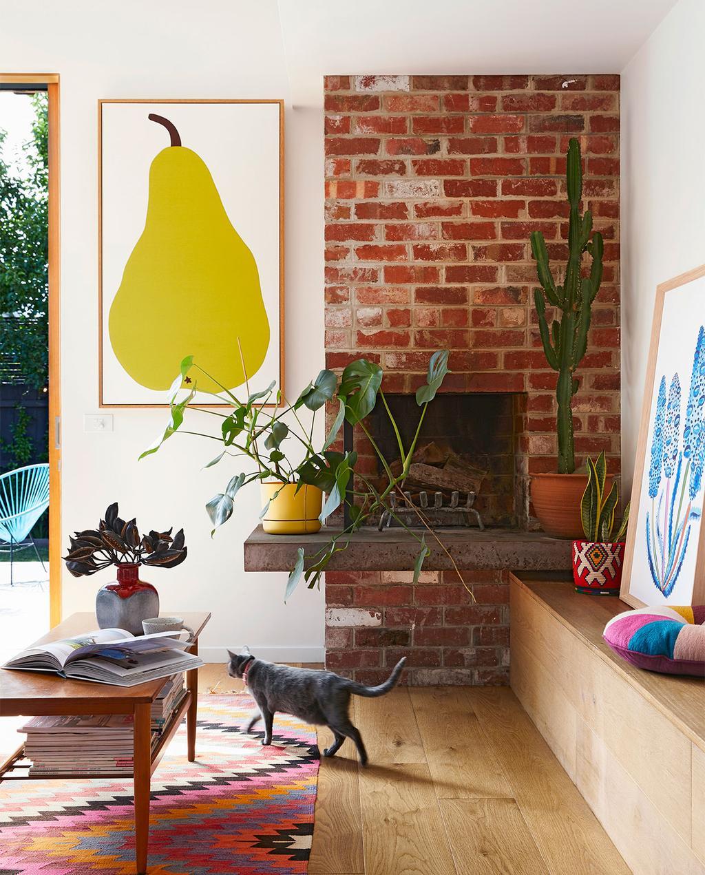 vtwonen binnenkijk special zomerhuizen 07-2021 | groot schilderij van een peer in de woonkamer