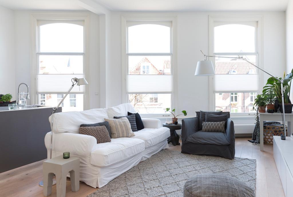 woonkamer witte bank met vloerkleed