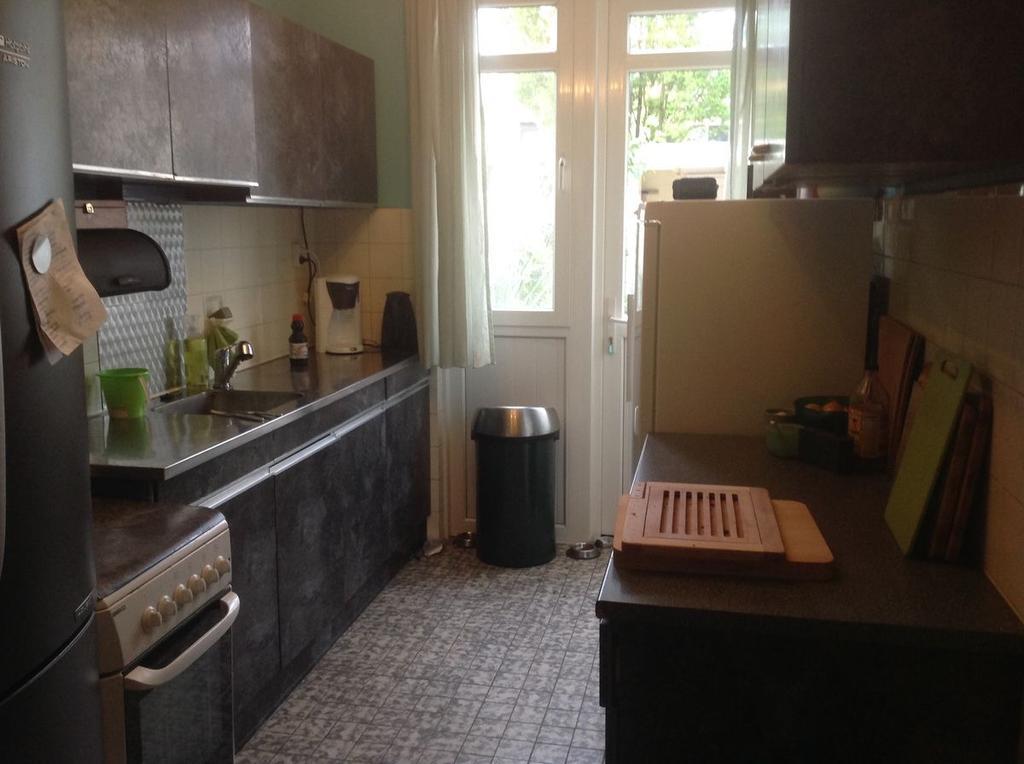 de-oude-keuken-origineel-wit-oorspronkelijk-in-het-huis-sinds-1970-gepimpt-met-zwart-plakplastic