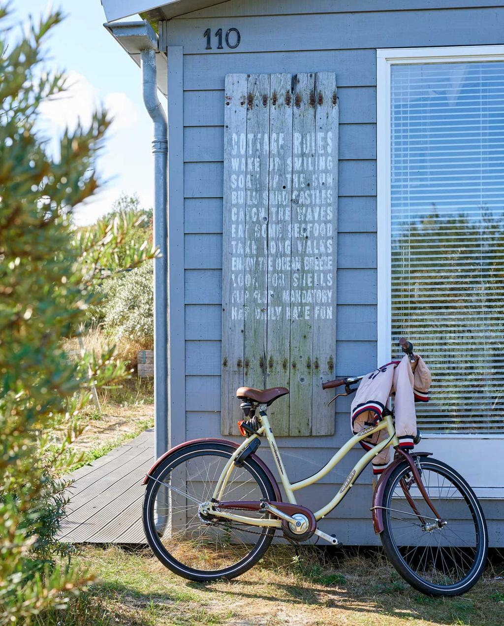 vtwonen 08-2020 | bk strandhuis in Egmond huisje met fiets tegen de zijkant
