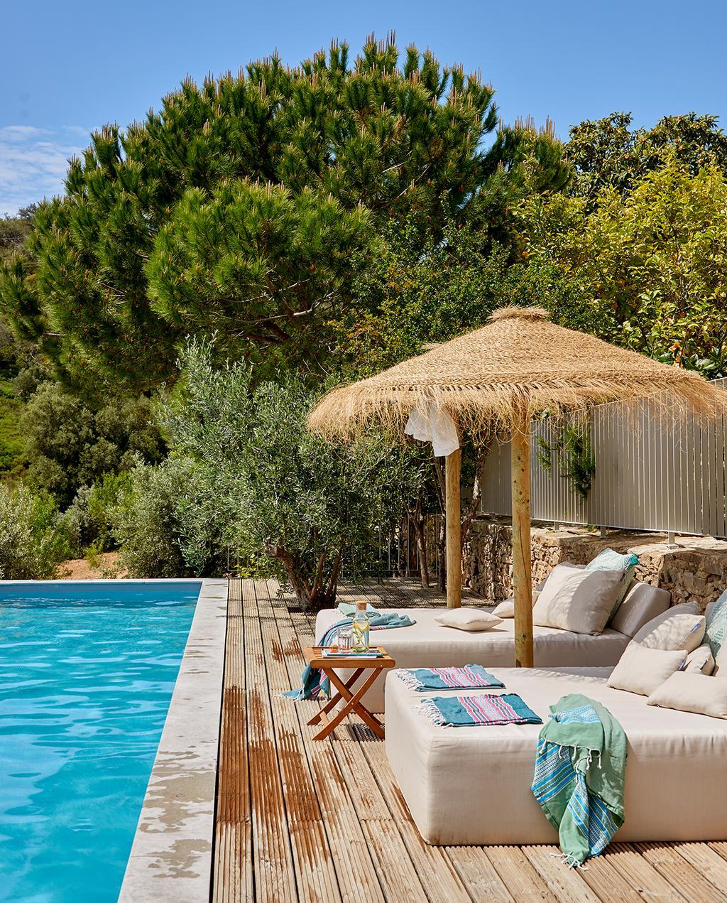 vtwonen tuin special 2 2020 | zwembad met ligbedden Buitenkijken Corotelo