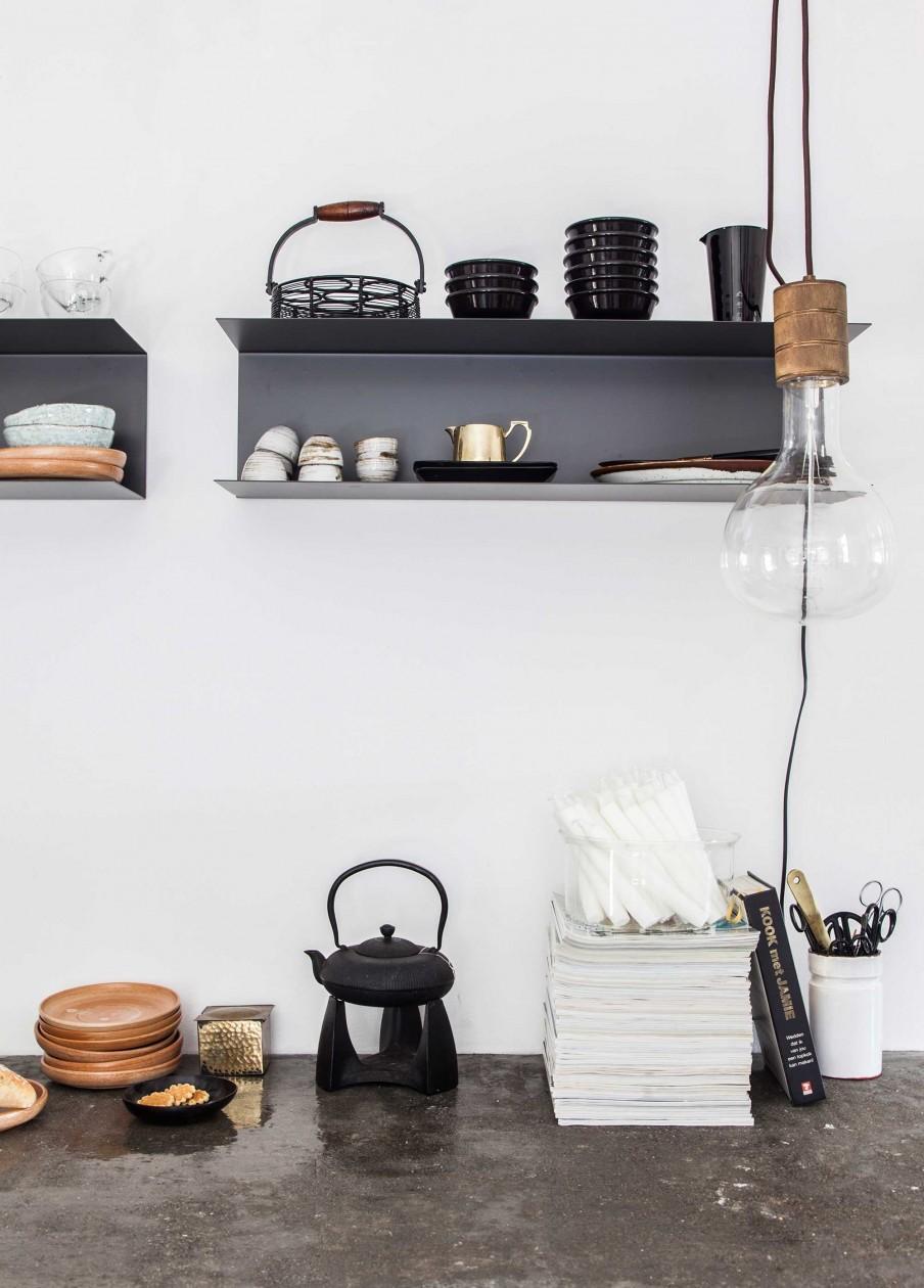 étagères noires cuisine