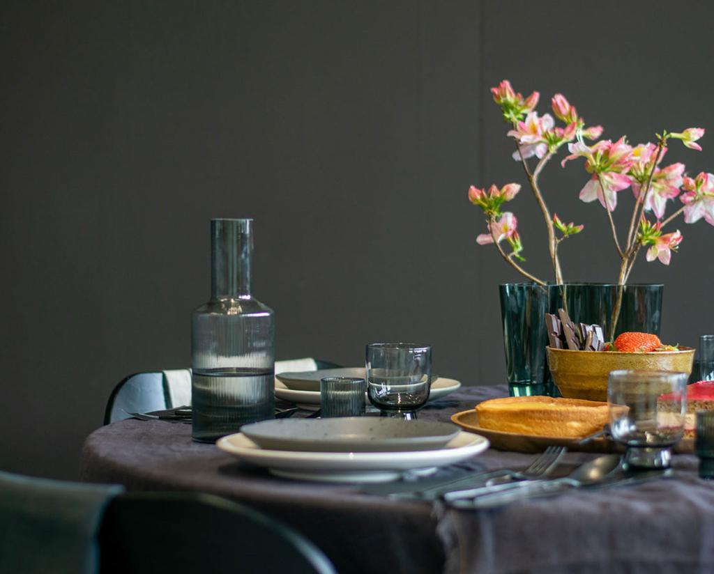 vtwonen vttv | een tafel 2x anders dark en moody tafel met donker tafelkleed en donker bestek