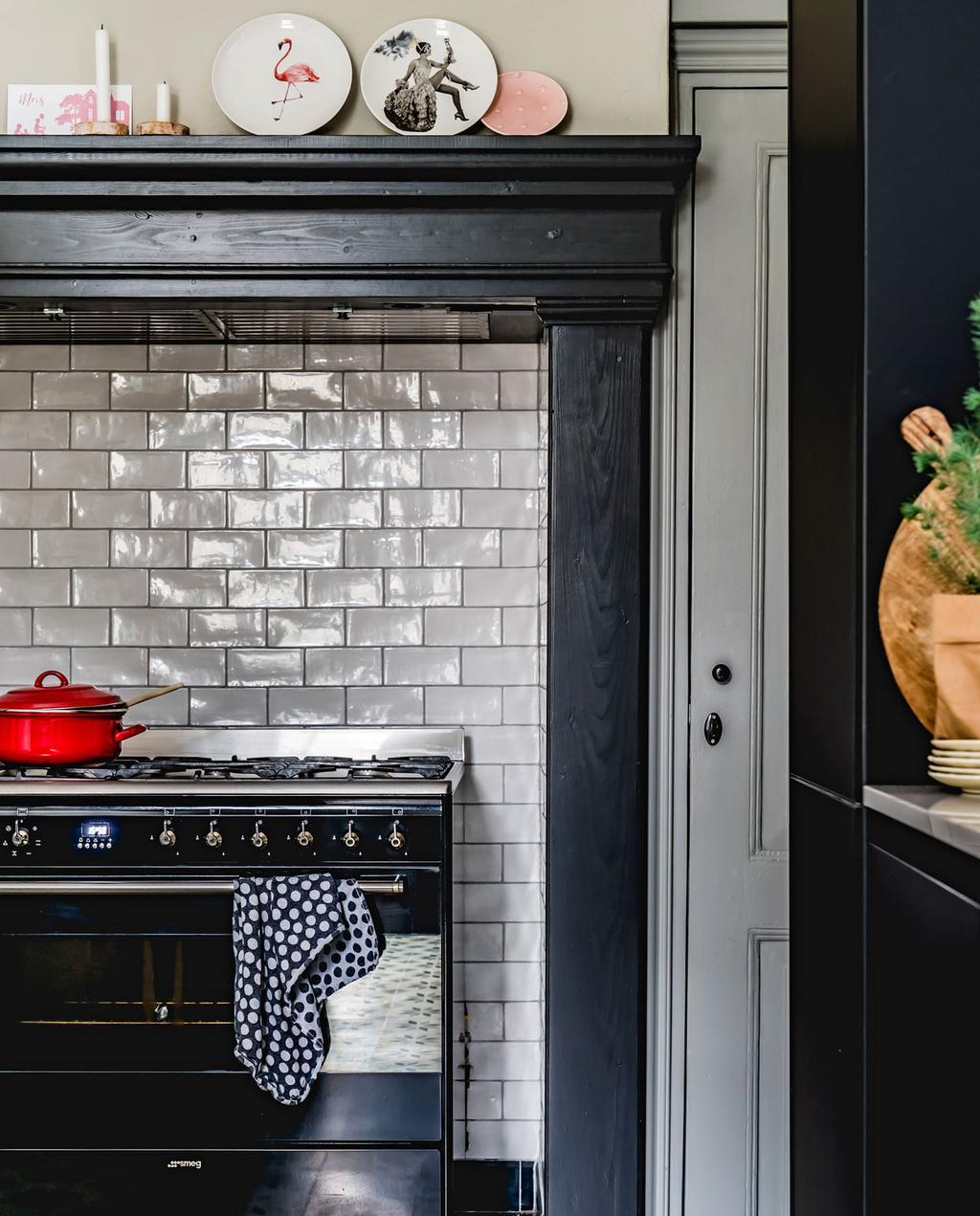 vtwonen 12-2019 | Helenaveen binnenkijken oude pastorie keuken schouw