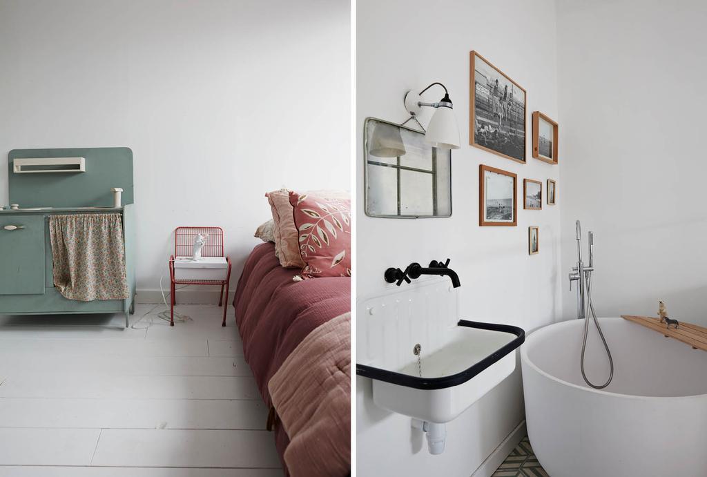 Rond bad met fotolijsten in de badkamer