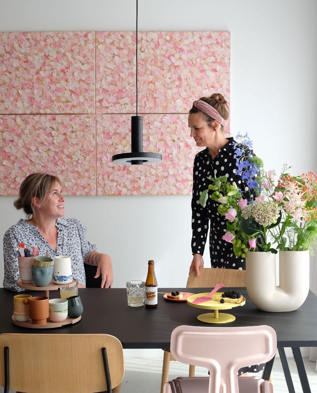 vtwonen blog prchtg | waarom prchtg een goed team is roze kunst witte bollige vaas jessica en fleur