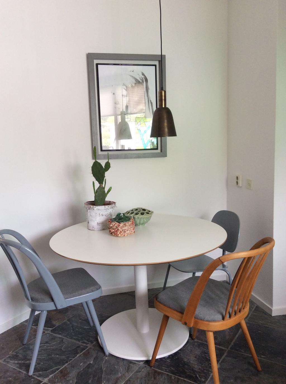 ook-in-de-keuken-een-tafel-van-ikea-met-oudestoelen-van-mijn-schoonouders-die-ik-heb-opgeknapt