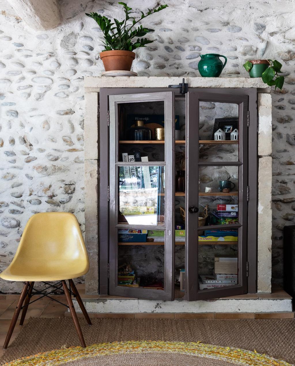 vtwonen 08-2020 | bk buitenland Frankrijk woonkamer met vintage gele stoel