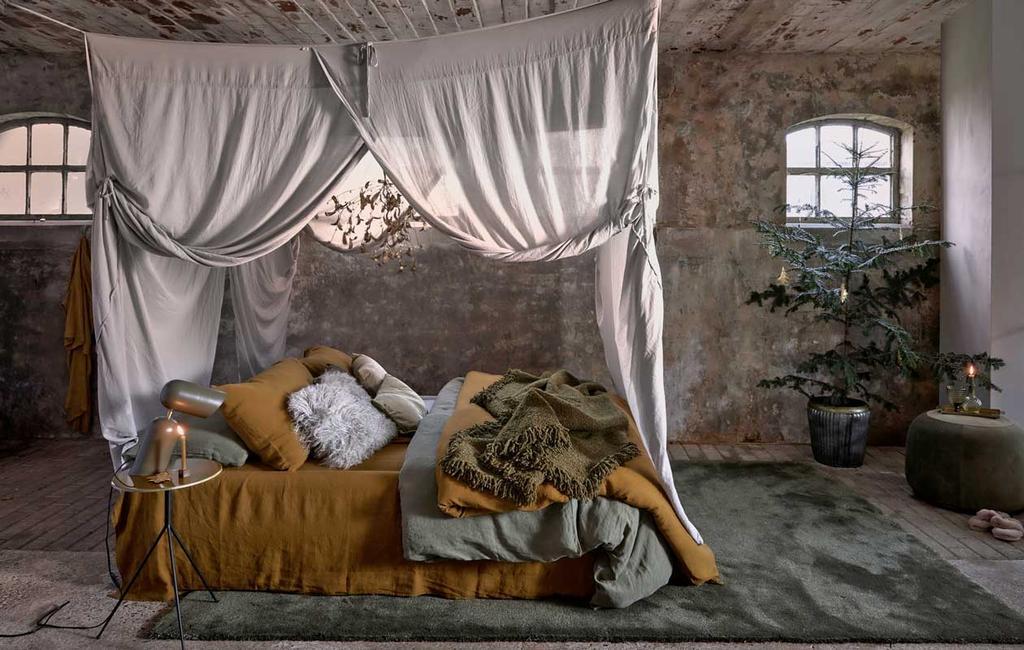 vtwonen 12-2020 | styling 1 | sobere kerst | slaapkamer met maretak en kerstboom