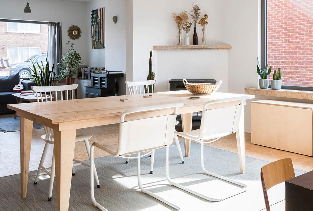 Eettafel en stoelen in living van woning in Herenthout