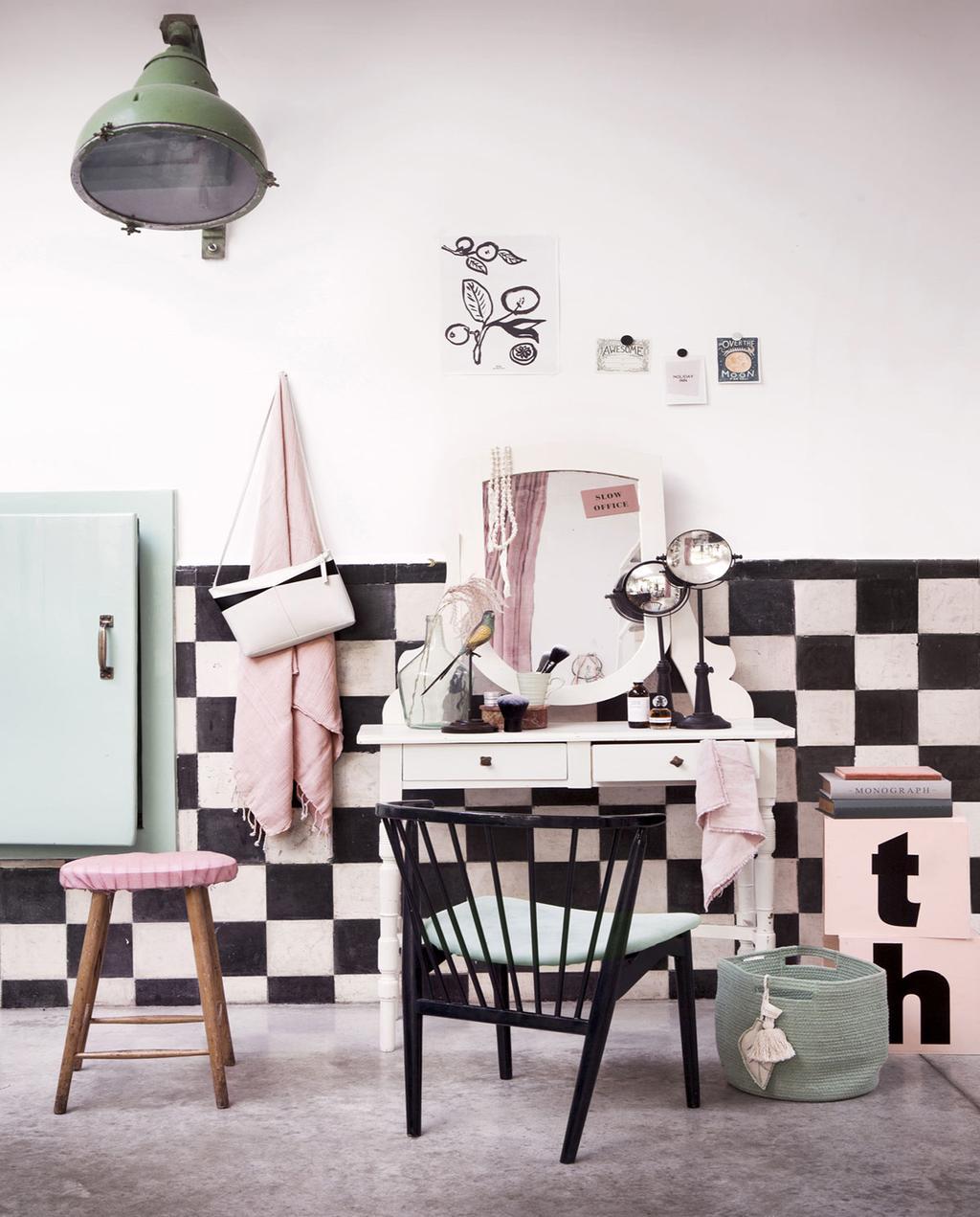 vtwonen 09-2018 | Tienerkamer met vintage kaptafel, lambrisering met zwart-wit tegel muur
