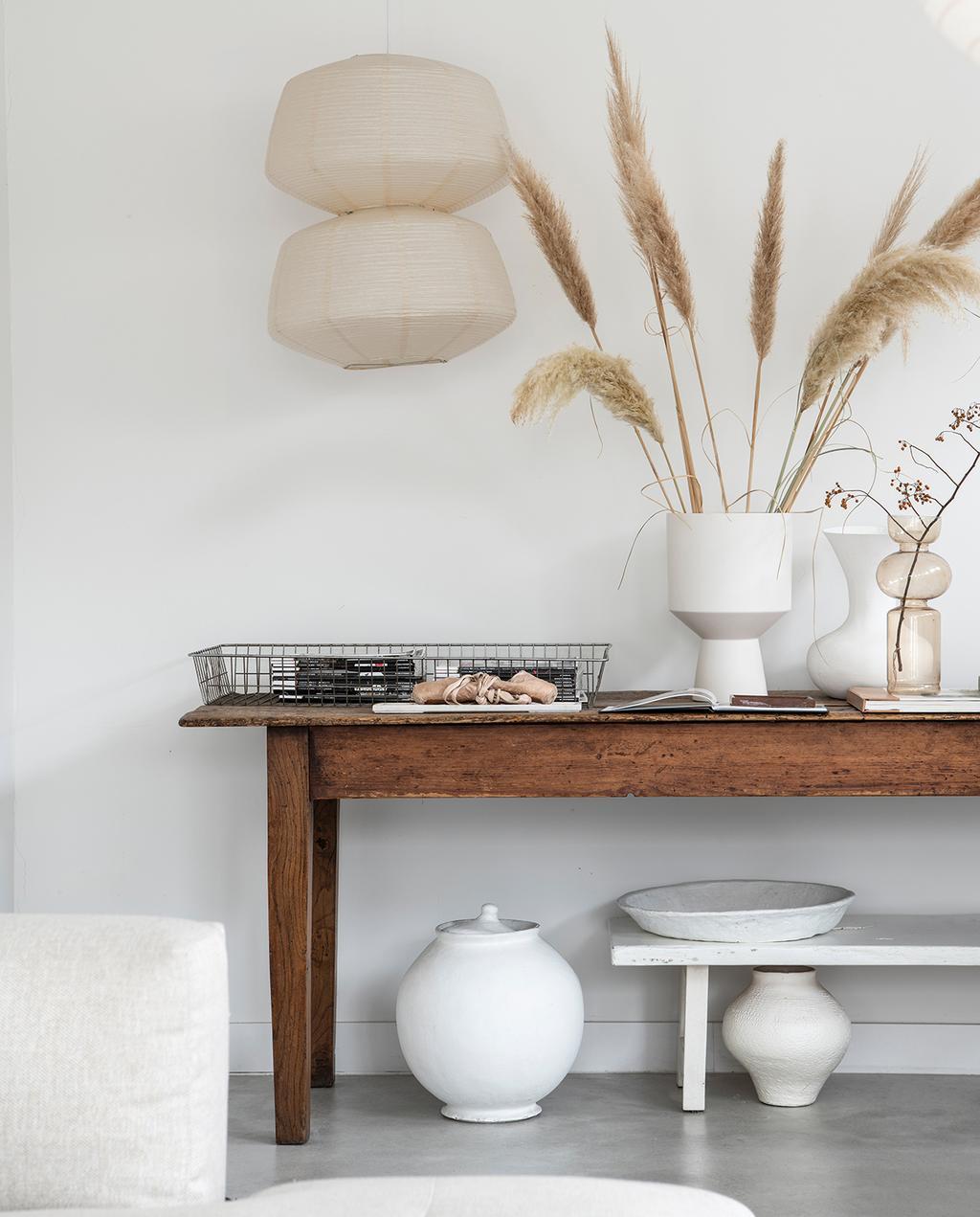 vtwonen 04-2021 | tafel met witte vaas en droogbloemen