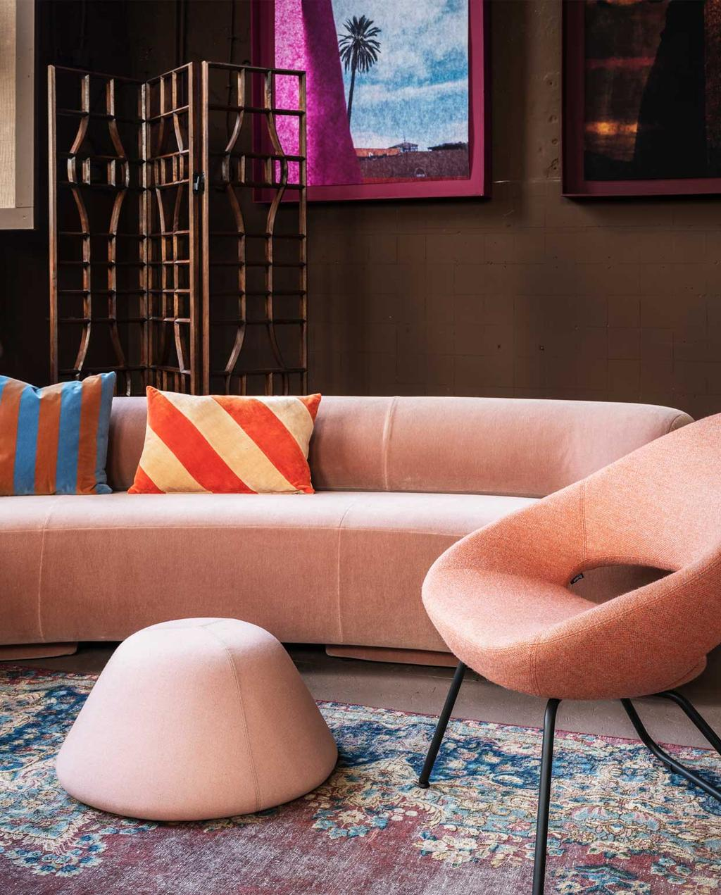 vtwonen trendhuis 10-2020 | roze woonkamer met bank en stoel van velours