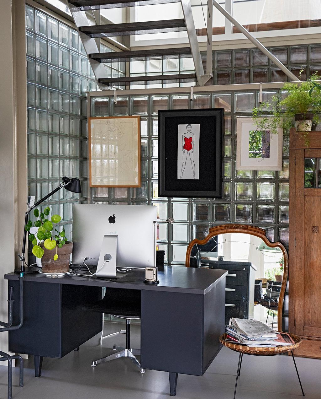 vtwonen 07-2021 | industrieel kantoor ruimte met een bureau en glazen wanden