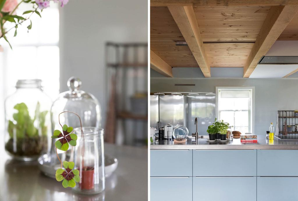 Blauwe keuken met klavertje vier