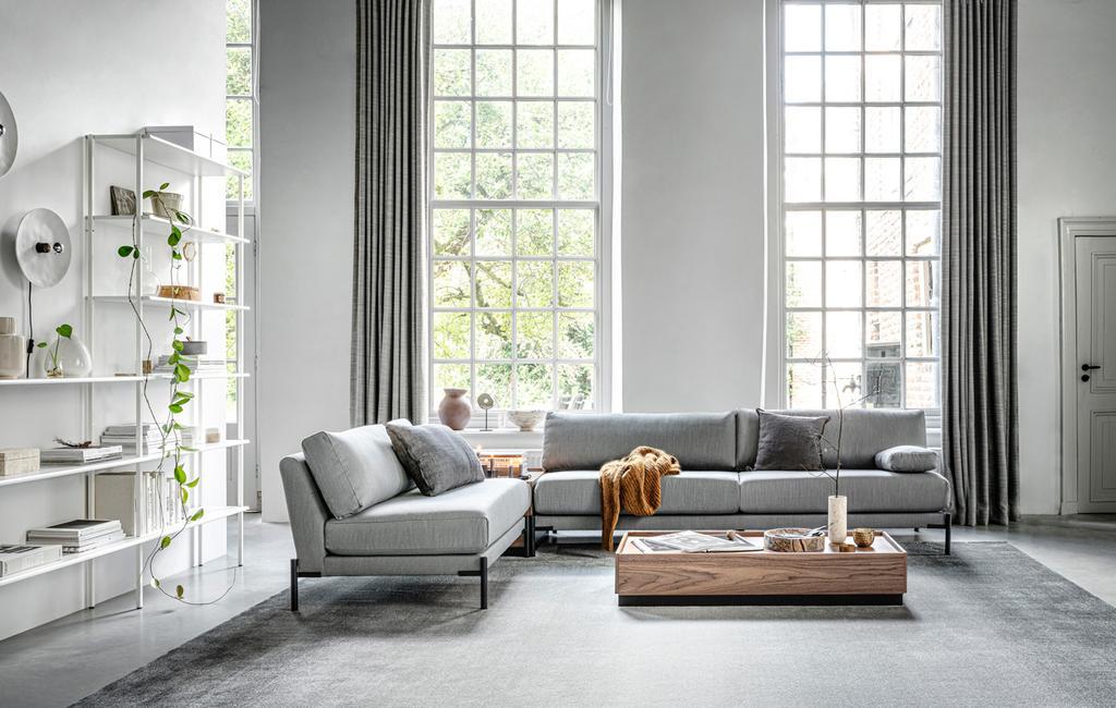 vtwonen collectie grijze bank in woonkamer met grote ramen