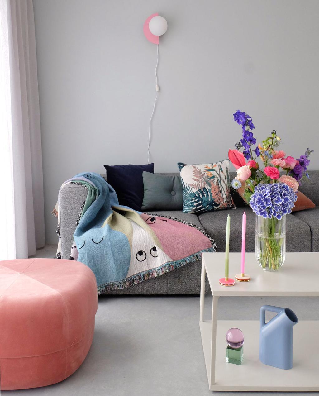 vtwonen blog PRCHTG | nieuwe aanwinsten design woonkamer met roze poef en gekleurde kaarsen