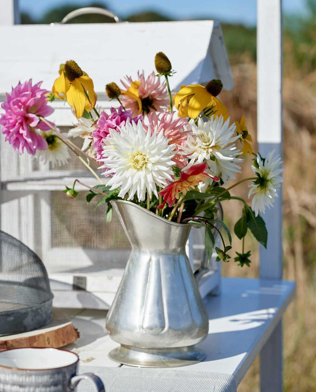 vtwonen 08-2020 | bk strandhuis in Egmond bloemen op tafel in waterkant