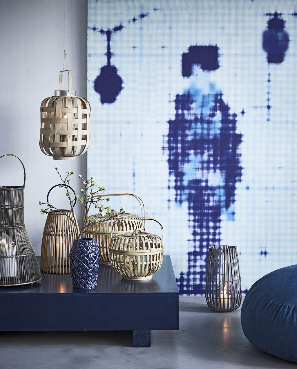 vtwonen 05-2016 | verschillende lantaarns op verhoging, met blauw schilderij, woning Japan