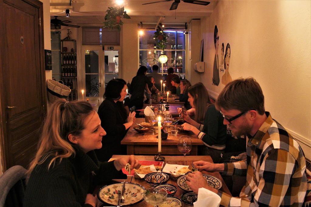 Bezoekers van Yalla Yalla Beirut Streetfood in Gent