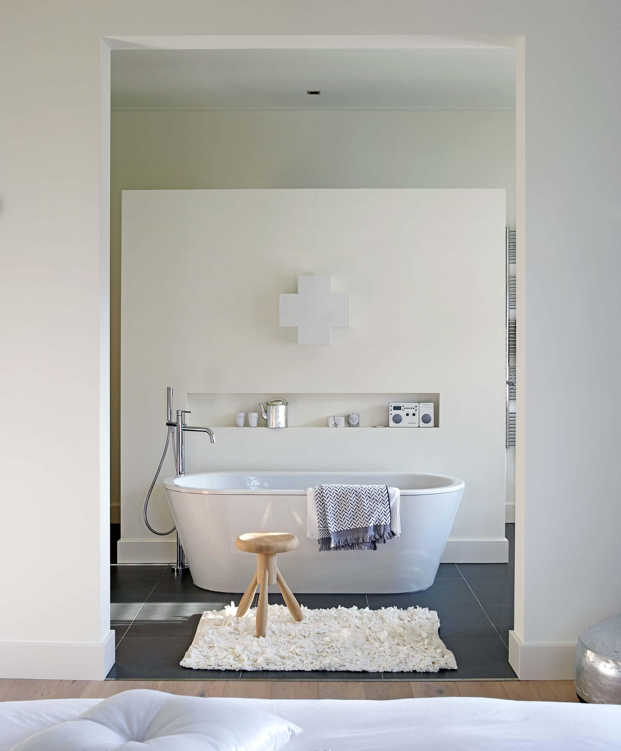 open badkamer met bad