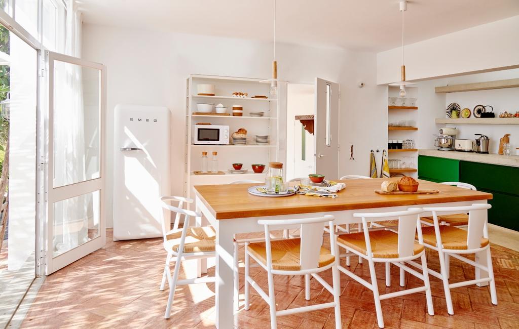 vtwonen 08-2020 | bk buitenland portugal eettafel met witte stoelen