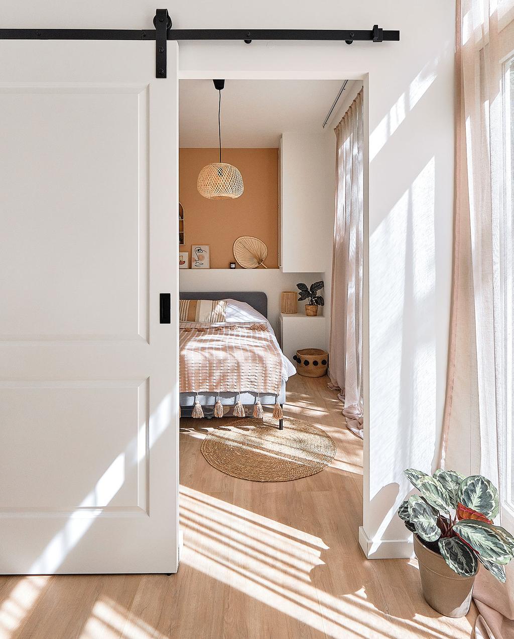 vtwonen special tiny houses | kijkje in de slaapkamer met terra wand