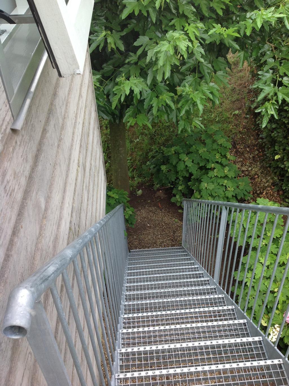 de-trap-bij-de-keuken-richting-tuin