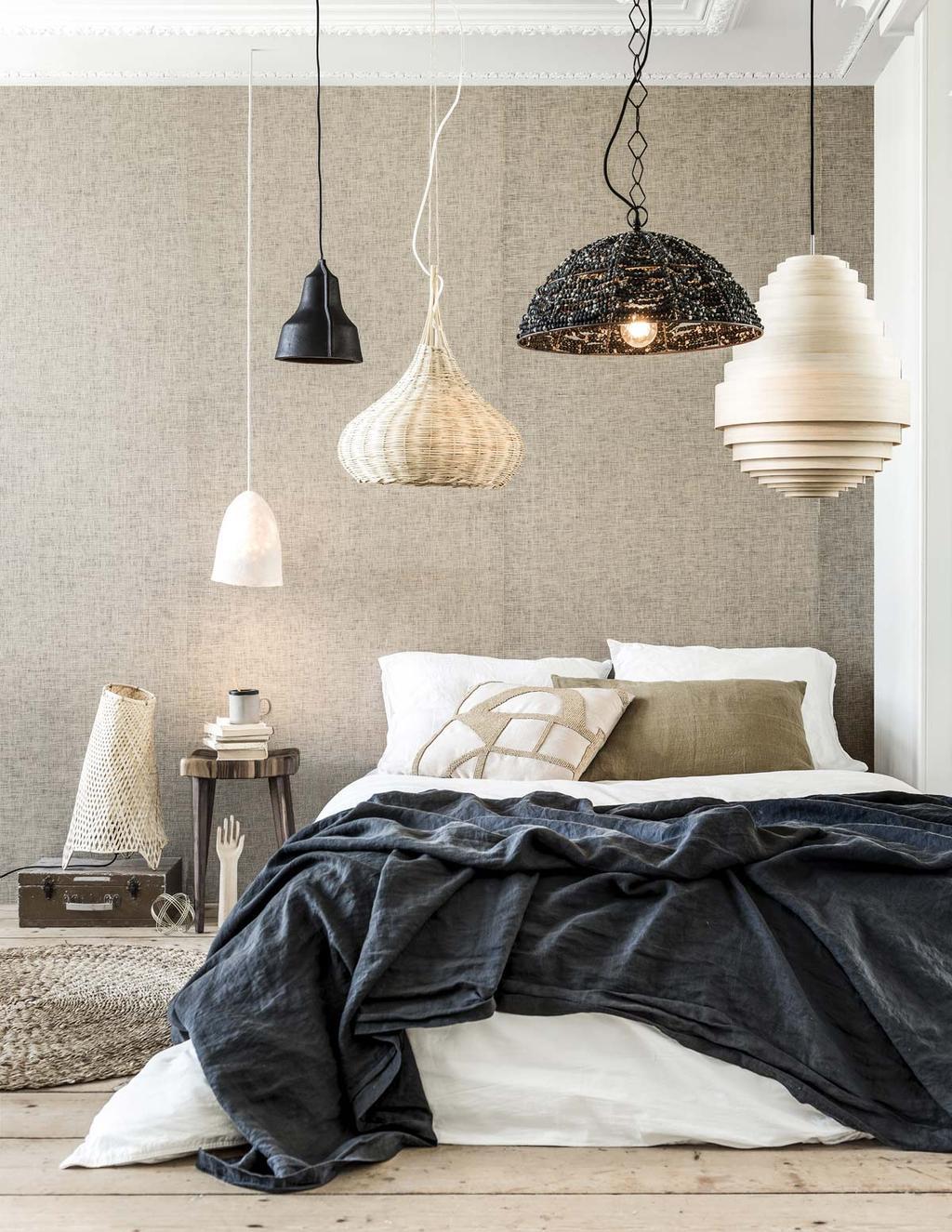Hanglampen in natuurlijke materialen in de slaapkamer.