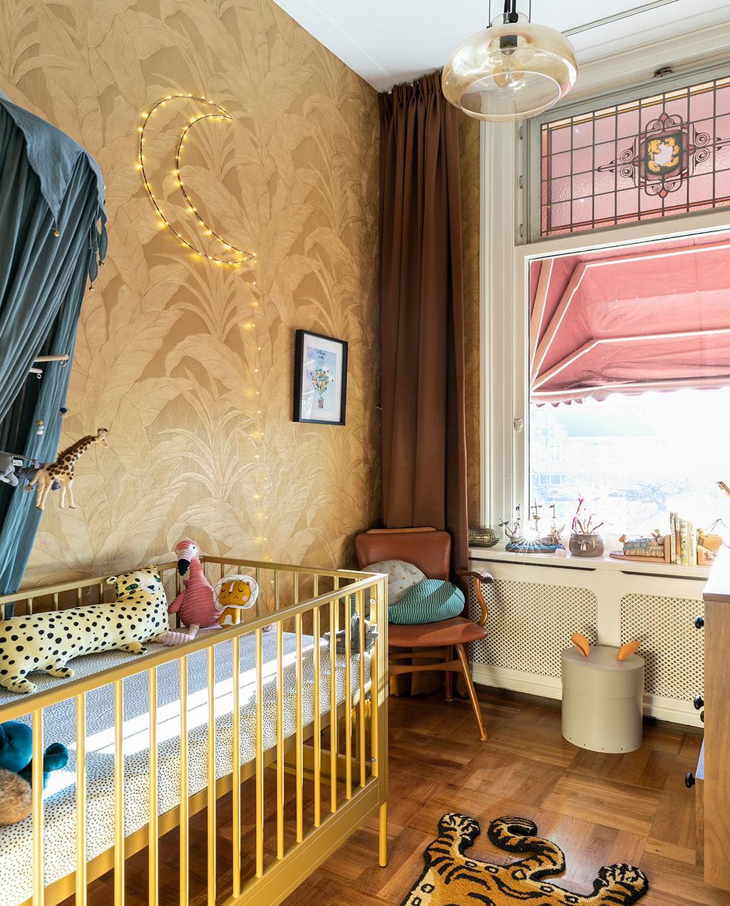vtwonen 01-2021 | binnenkijken bij interior junkie, kinderkamer met nachtlampje van maan, behang met bloemenprint