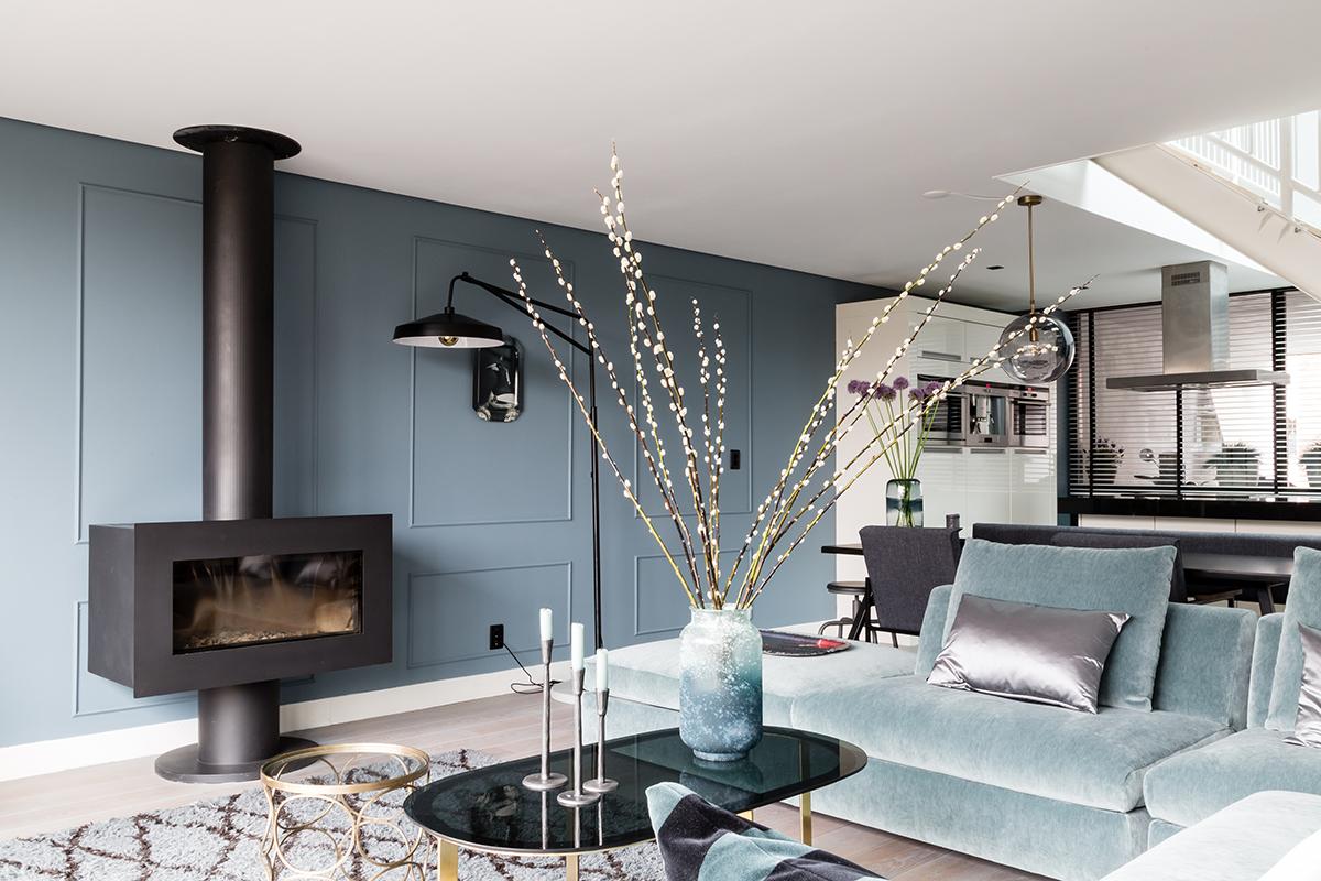 woonkamer gekleurde wand en bank zwarte kachel salontafel katjestak Flexa kleurtester