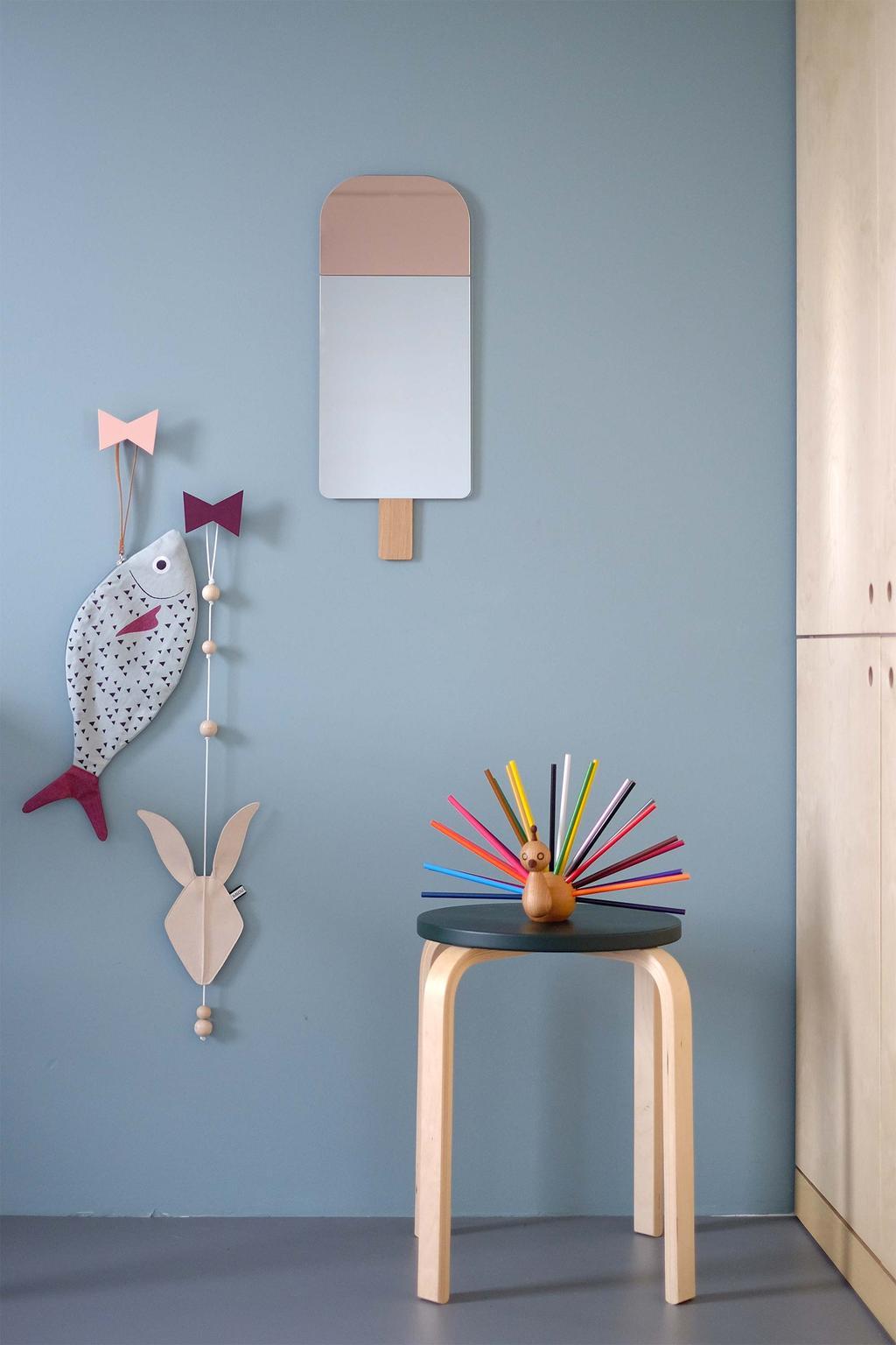 Designvogel en spiegel van Elements Optimal in de kinderkamer
