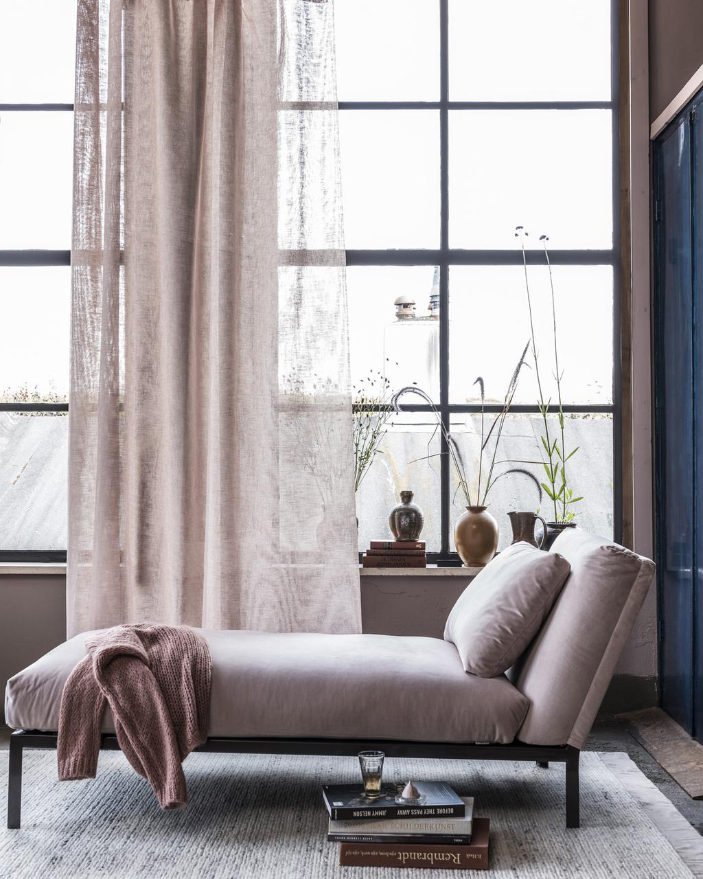 Chaise longue met oudroze gordijnen