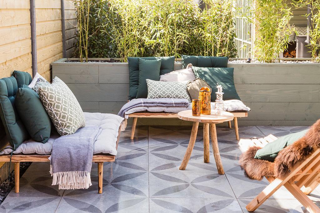 vtwonen buitenvloer in loungehoek | zon in de tuin