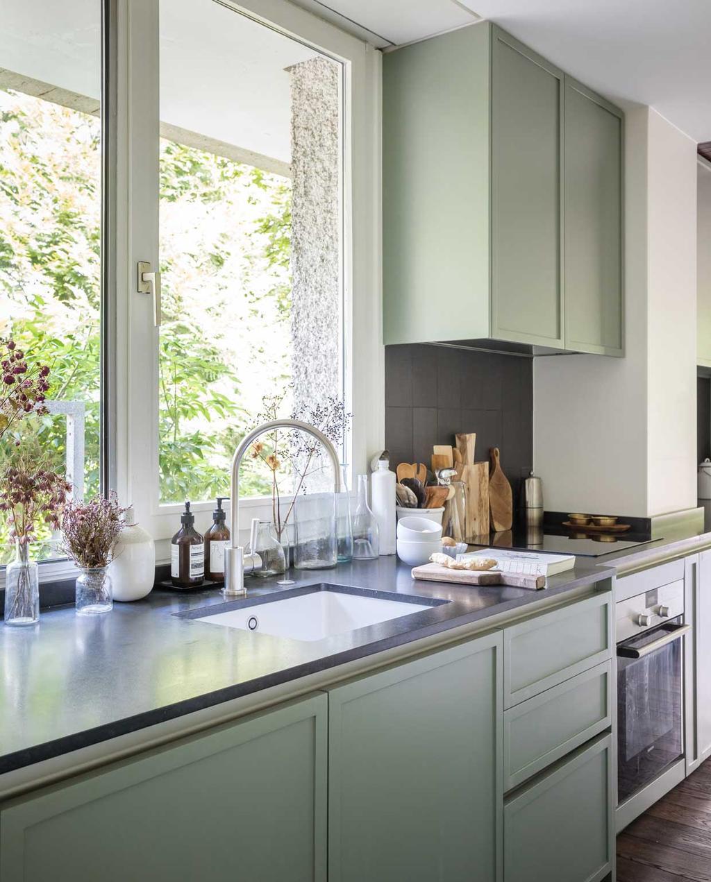 vtwonen 09-2020 | Binnenkijken Frankrijk groene keuken met groot raam