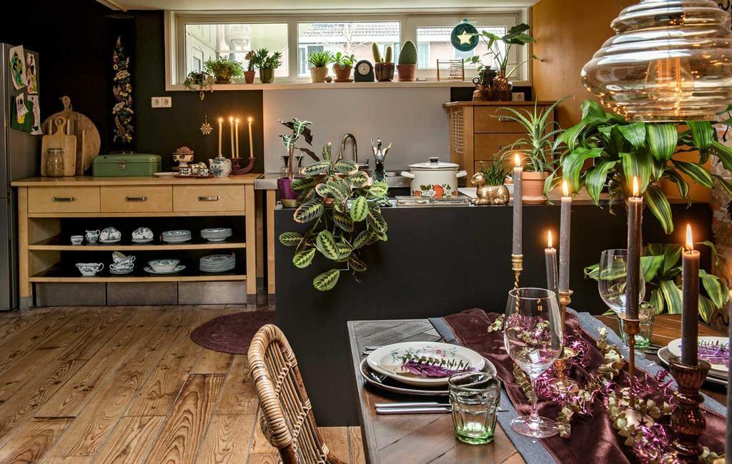 vtwonen 2020-12   Binnenkijken eclectisch kersthuis   woonkeuken met gedekte tafel