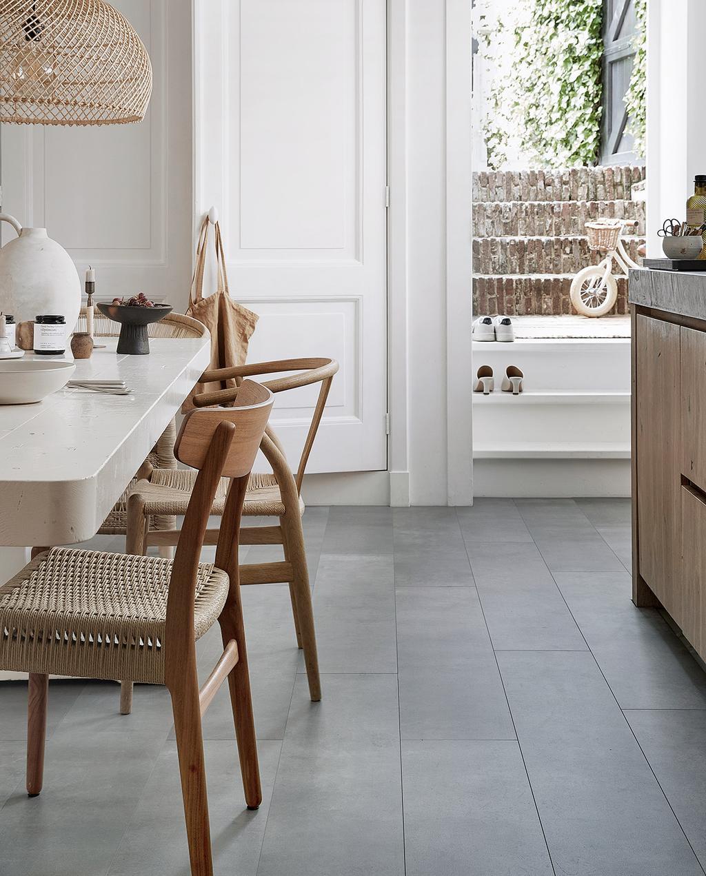 vtwonen 08-2021   witte tafel met stoelen