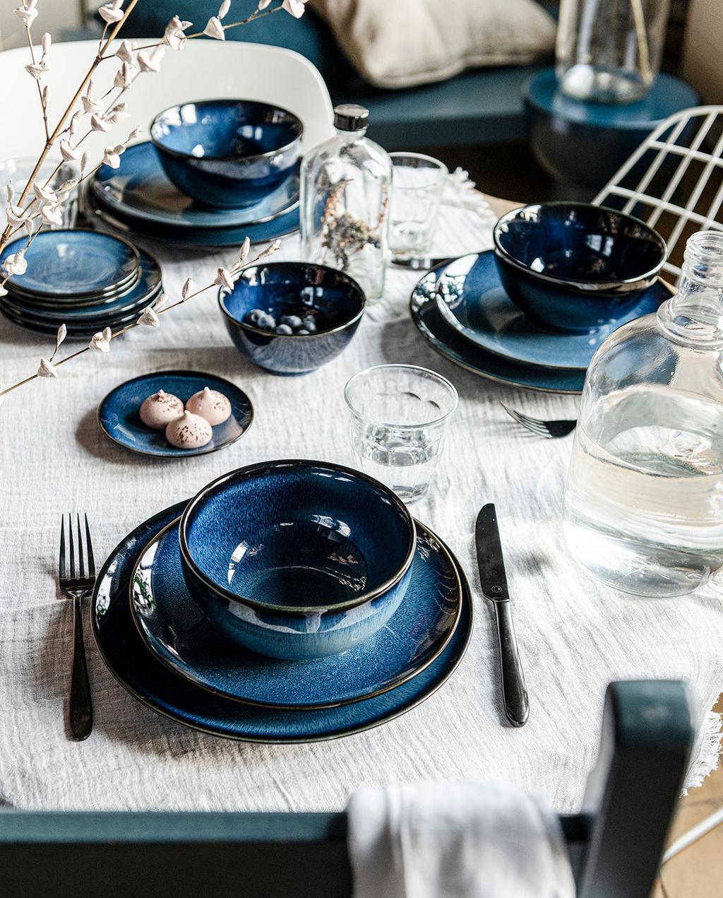 vtwonen 06-2021 | wit gedekte tafel met blauw servies
